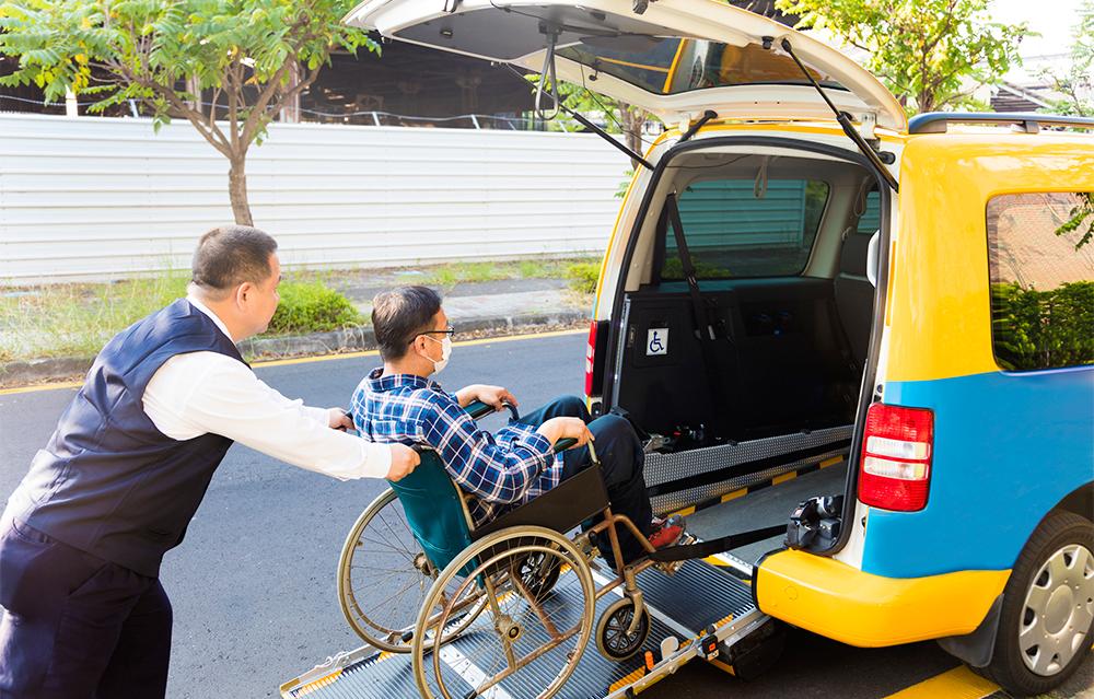 超高齢社会に必要不可欠な「介護タクシー」ドライバーとは?