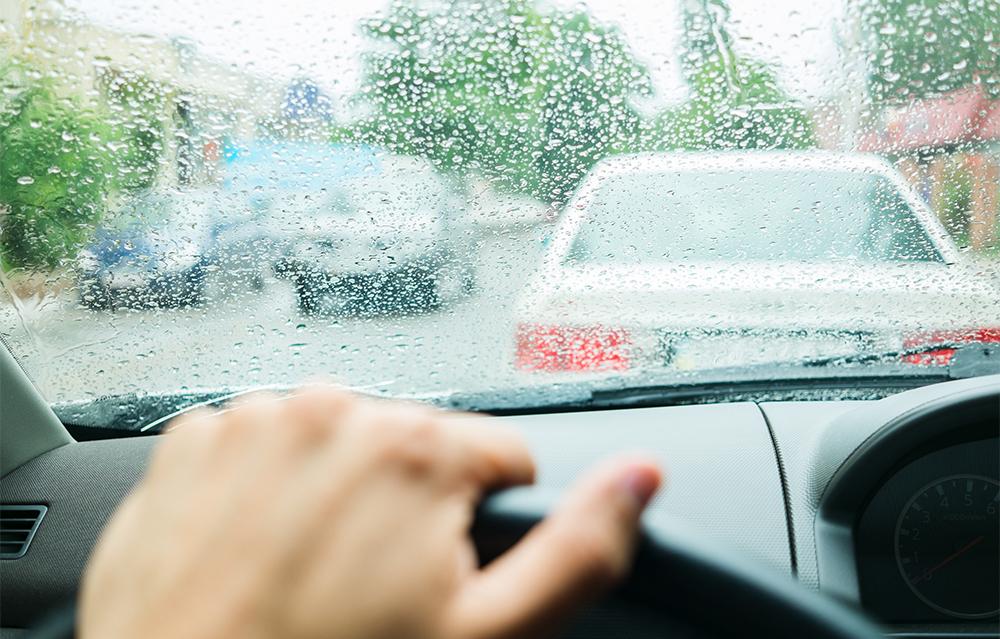 雨の日の運転 走行の際に身に付けるべき4つのテクニック